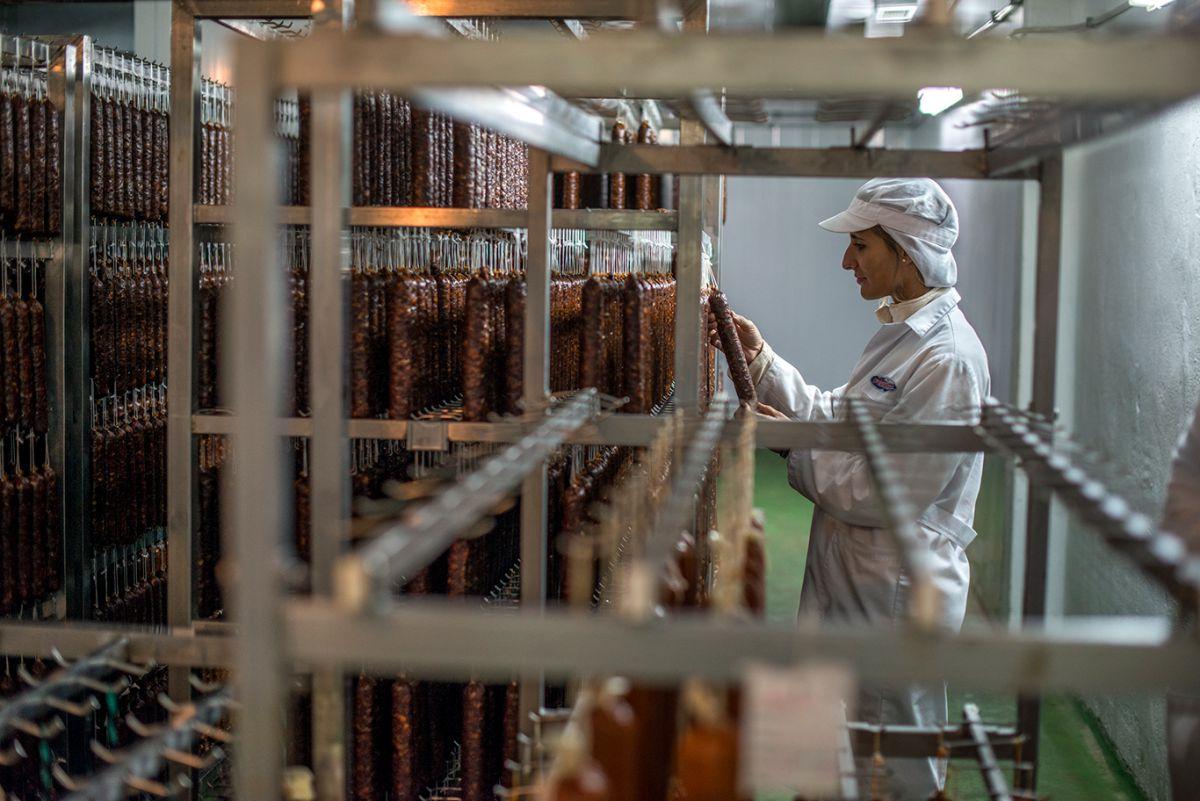Curando el salchichón ibérico. Foto: Alfredo Cáliz