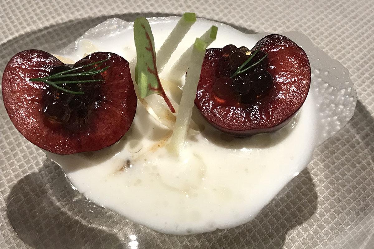 Restaurante Coque - ajoblanco de almendras con cerezas y arenques, perlas de palo cortado y manzana verde. Foto: Sara Cucala