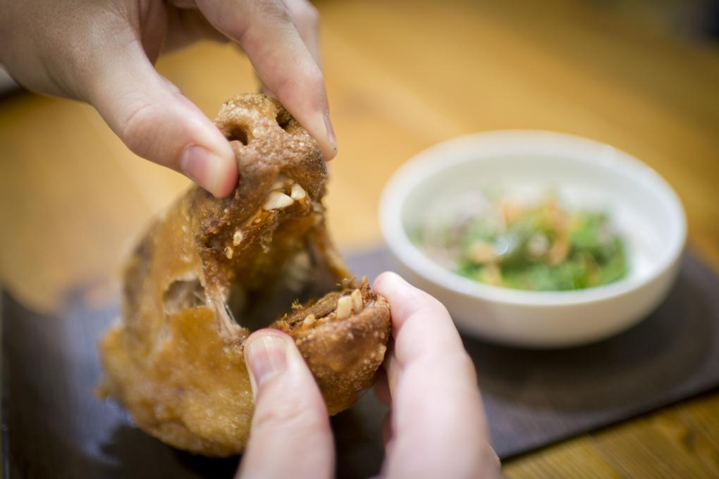 La Tasquería: comiendo la cabeza de cochinillo. Foto: Sofía Moro