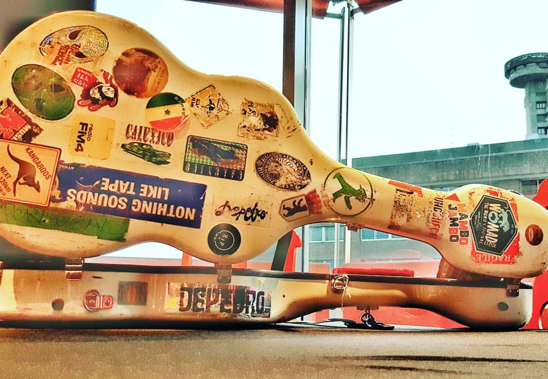 La inseparable guitarra de Jairo Zavala, Depedro. Foto: Facebook