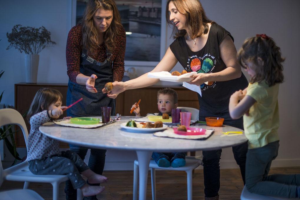 Niños comiendo albóndigas