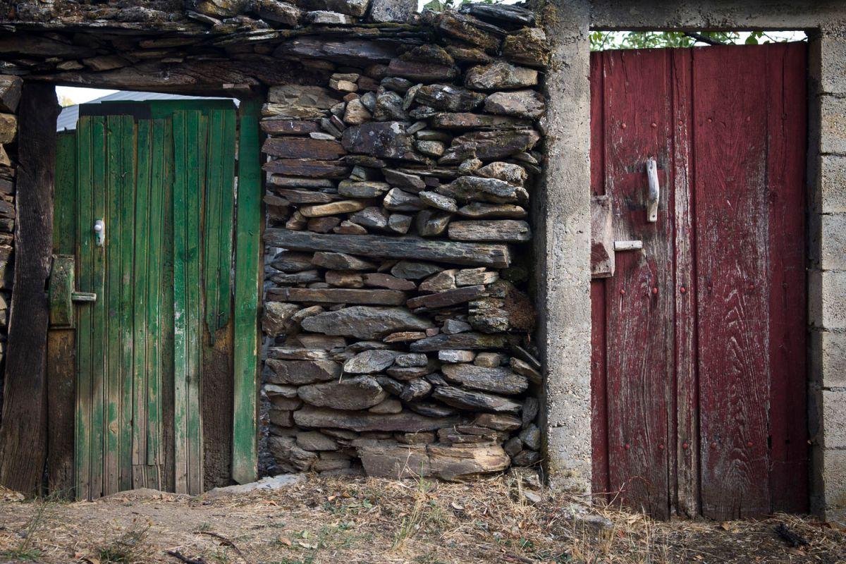 Puertas con los colores de la bandera portuguesa en Rionor de Castilla. Foto: Manuel Ruiz Toribio