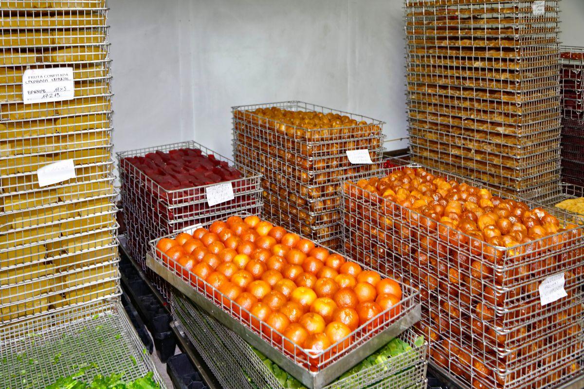Frutas confitadas 'Francisco Moreno' (Calahorra). Secado de la fruta glaseada. Foto: Roberto Ranero