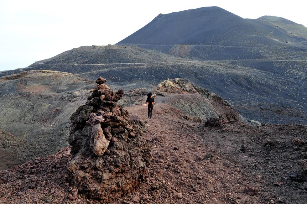 Volcanes de España: una mujer paseando por el volcán Teneguía. Foto: Alfredo Merino