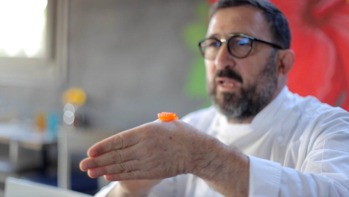 Óscar Manresa muestra cómo se come el caviar