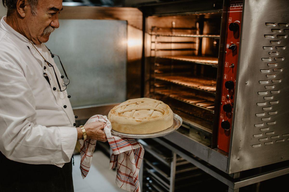 José Antonio Rivera metiendo el timbal en el horno. Foto: Nuria Sambade