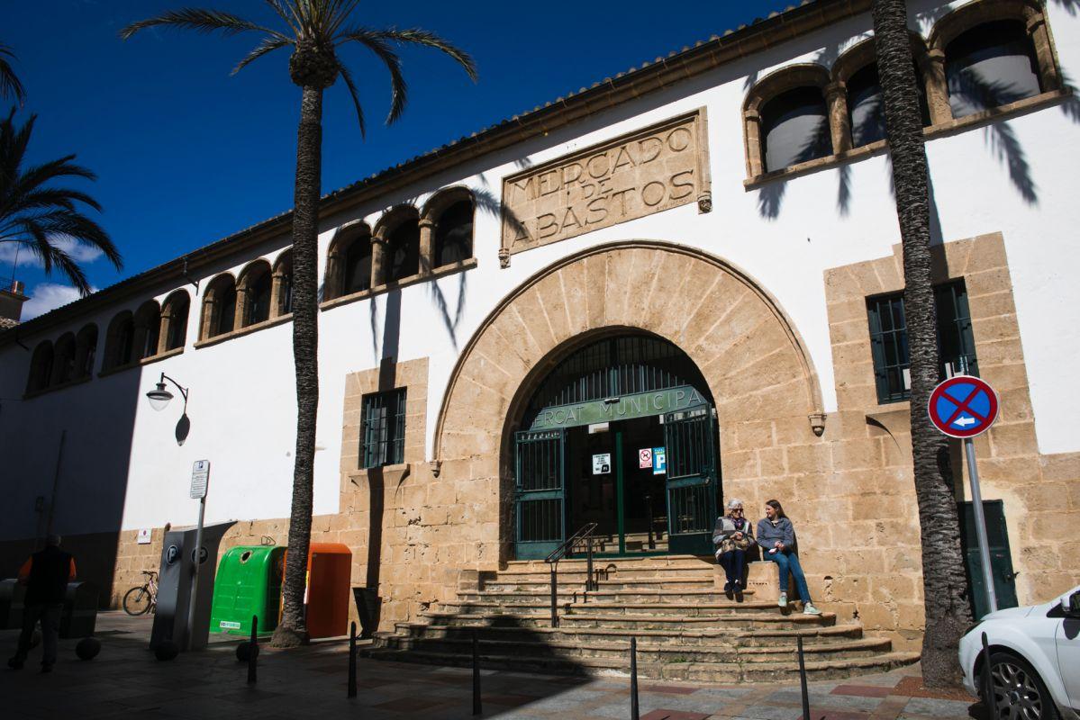 Entrada al mercado municipal de Jávea. Foto: Eva Máñez