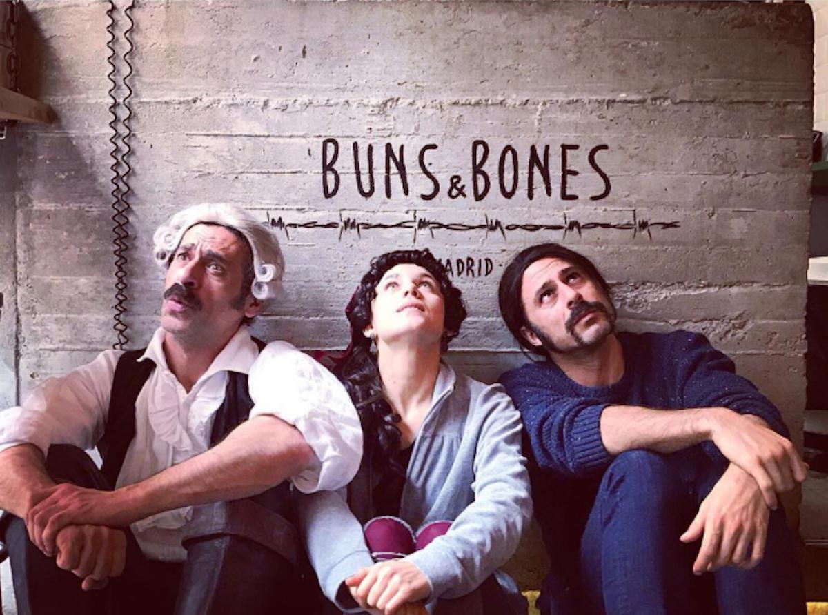 Aura Garrido en Buns & Bones, Madrid, con dos compañeros. Foto: Instagram