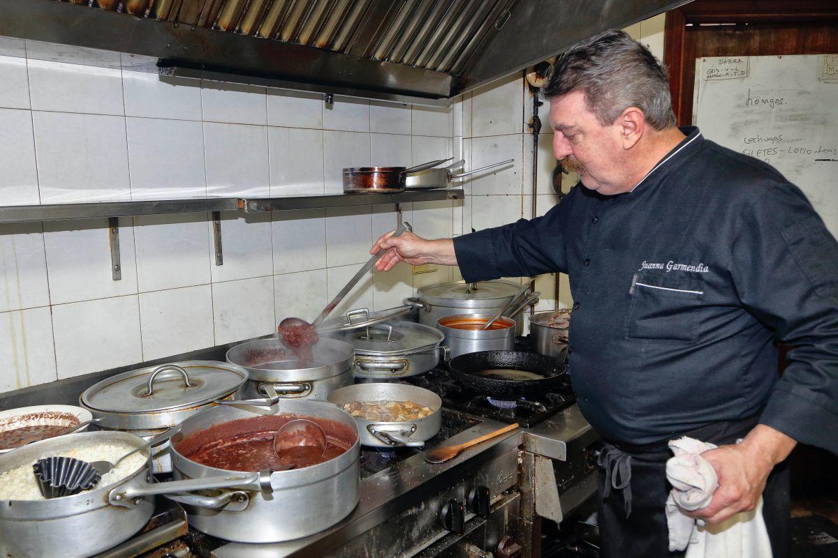 Juanma Garmendia en su cocina. Foto: Roberto Ranero