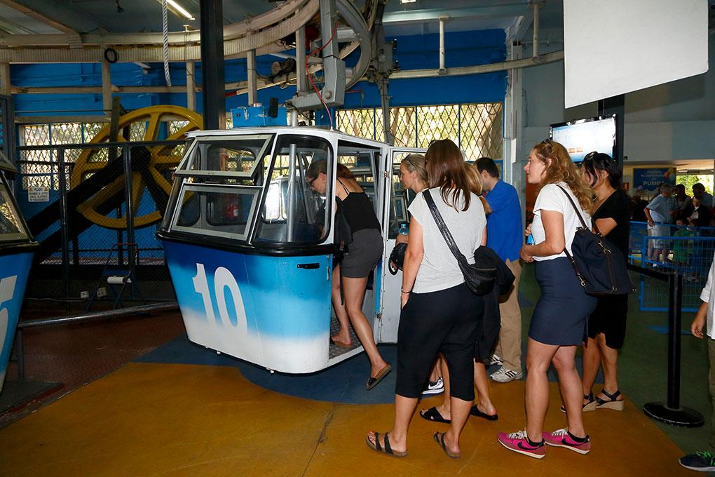 Grupo de extranjeras sube a una cabina del teleférico