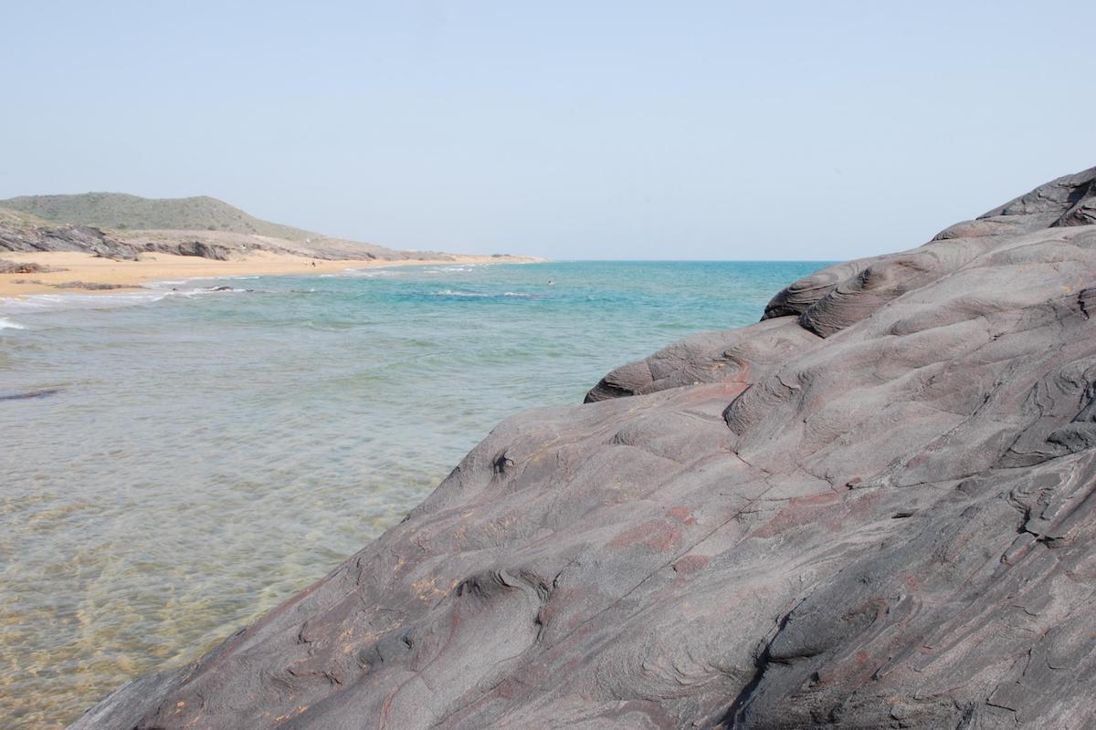 La roca negra característica de alguna de las playas de Calblanque. Foto: Shutterstock