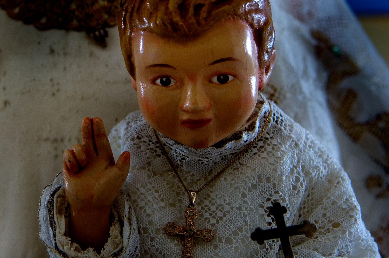 Una figura religiosa con encaje de bolillos