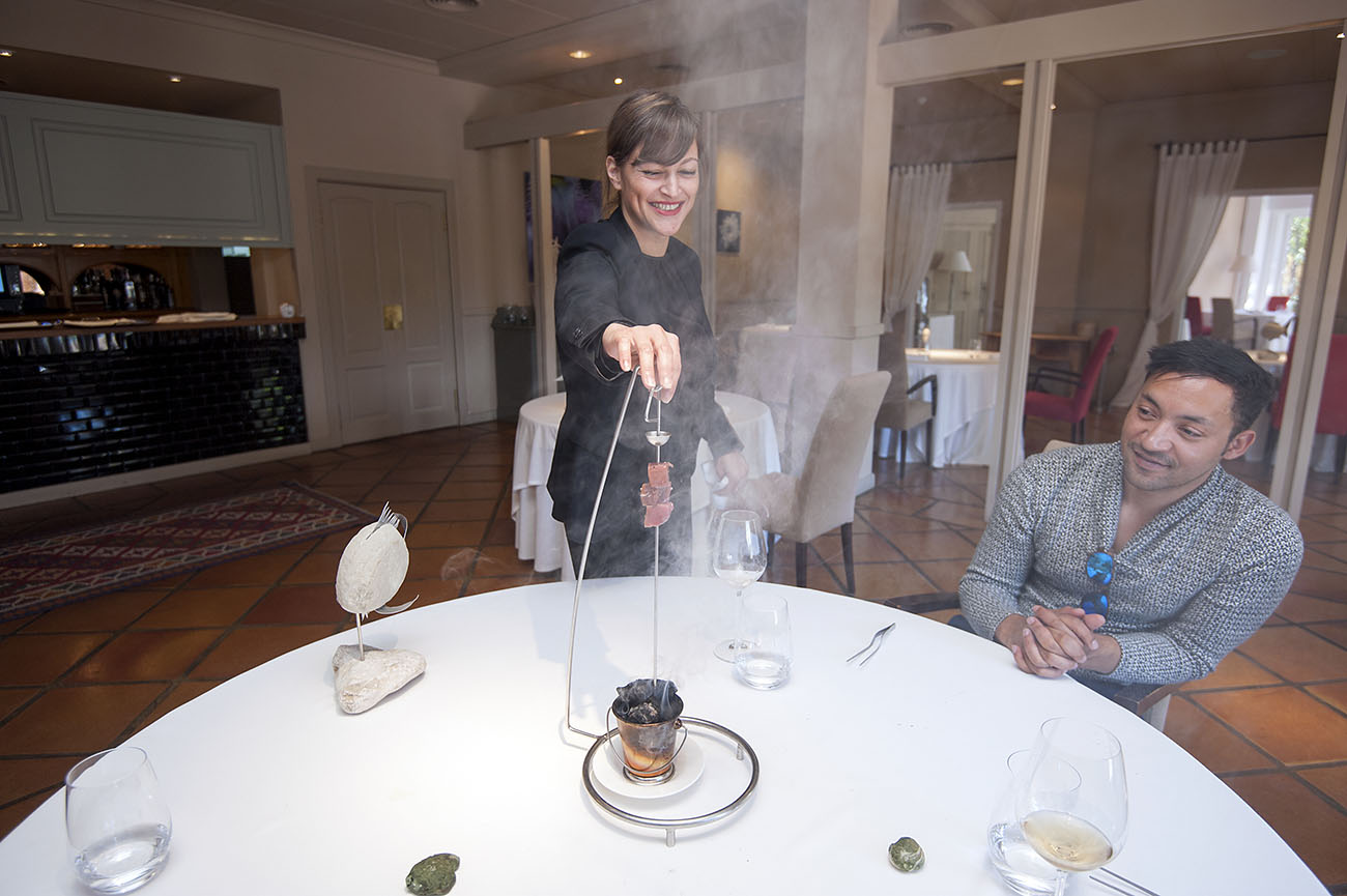 Restaurante La Galería-El Rodat (Nazario Cano) - atún ahumado en carbón de morcilla d'Ontinyent -. Foto: Rafa Molina