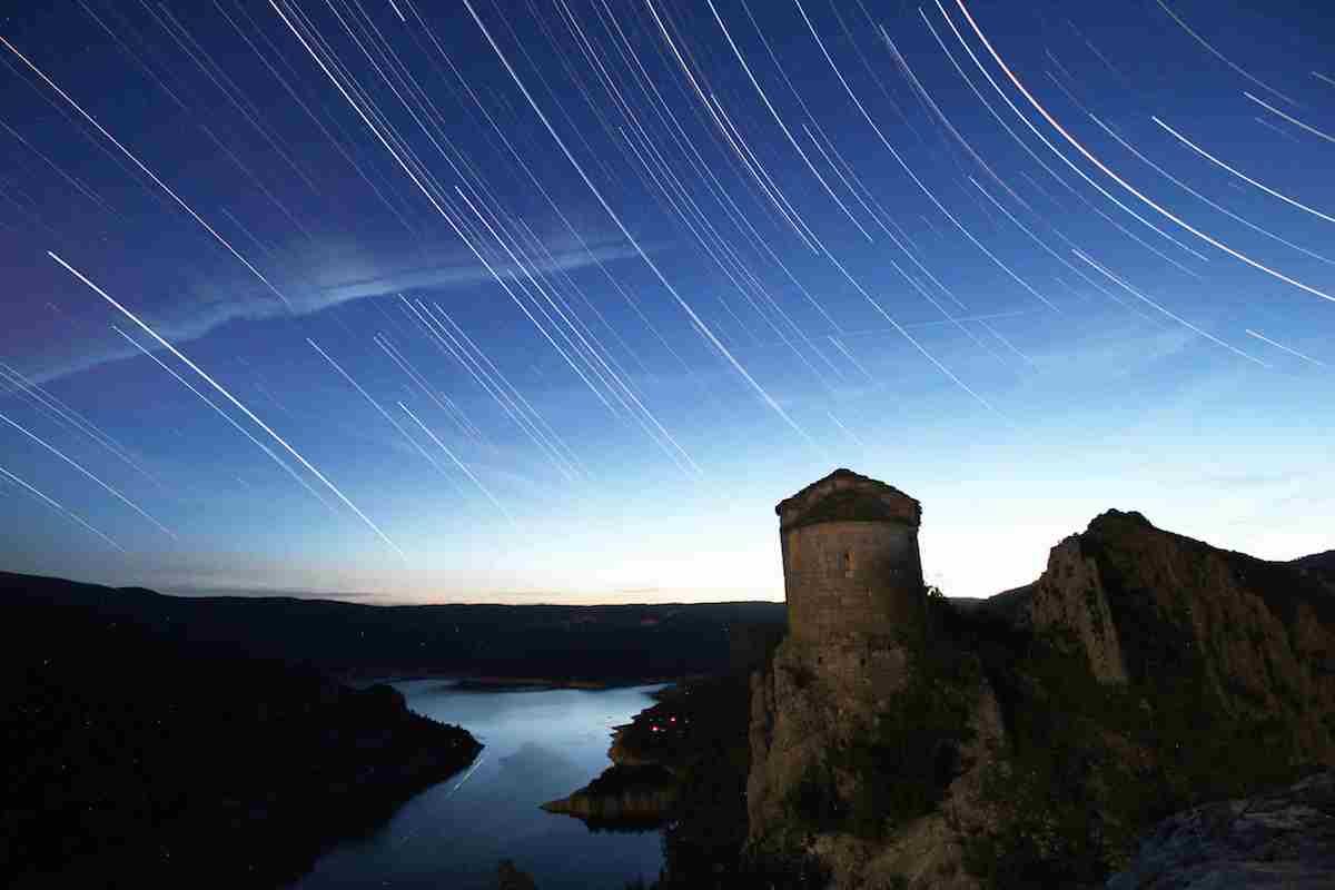 La ermita de la Pertusa, bajo las estrellas. Foto: Shutterstock