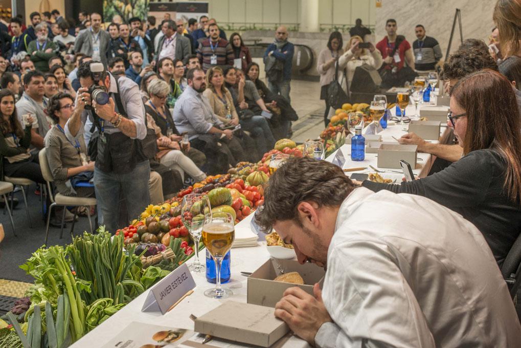 Concurso de hamburguesas en Madrid Fusion 2017 (javier estévez huele la gran lebowsky). Foto: Alfredo Cáliz