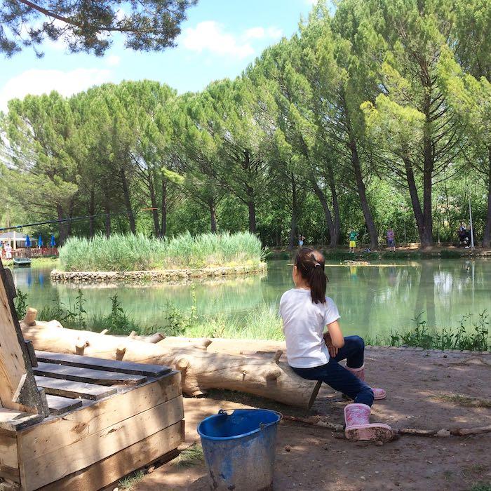 En la orilla con las herramientas de pesca. Foto: Joana Saldón