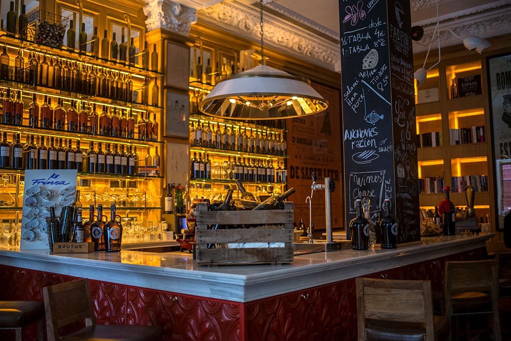Antigua libreria convertida en sofisticado bar de tapas