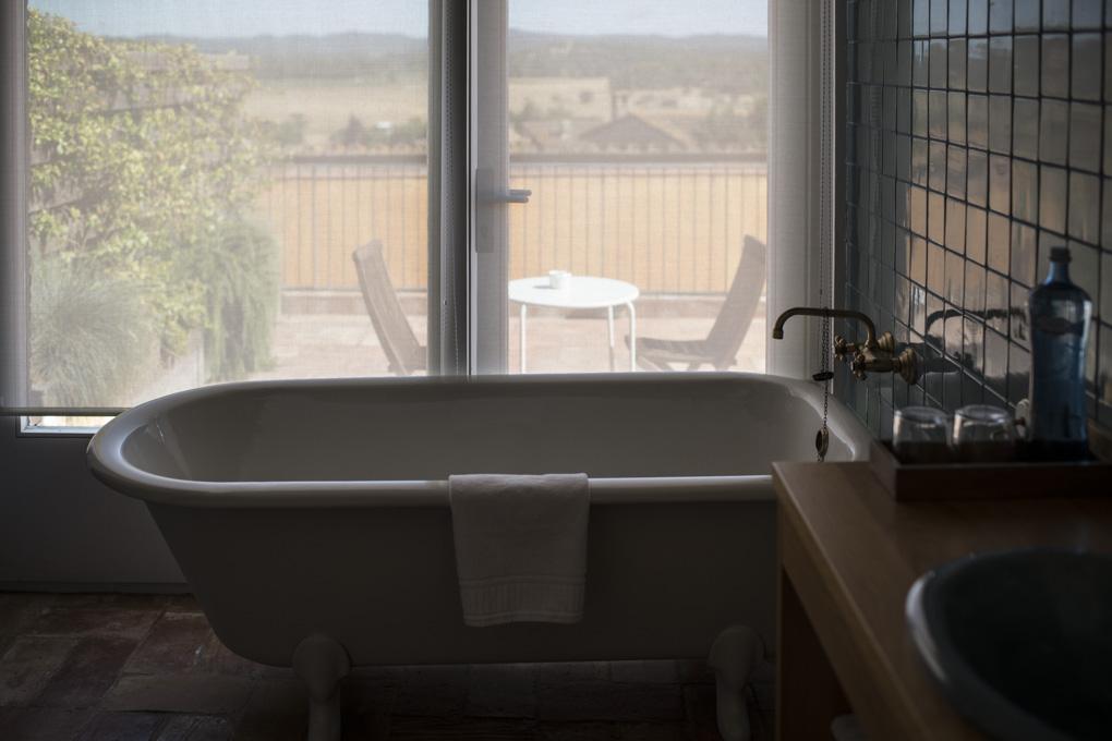 bañera de patas recuperada con vistas a la terraza privada de la habitación