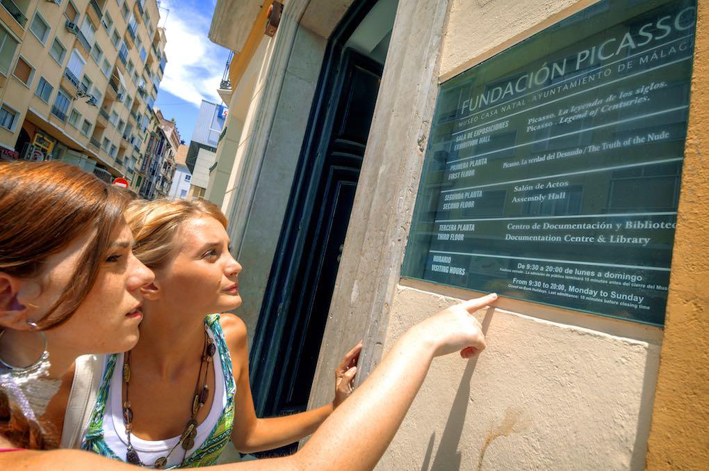 Visitantes consultando los horarios de la Casa Natal de Picasso. Foto: Shutterstock