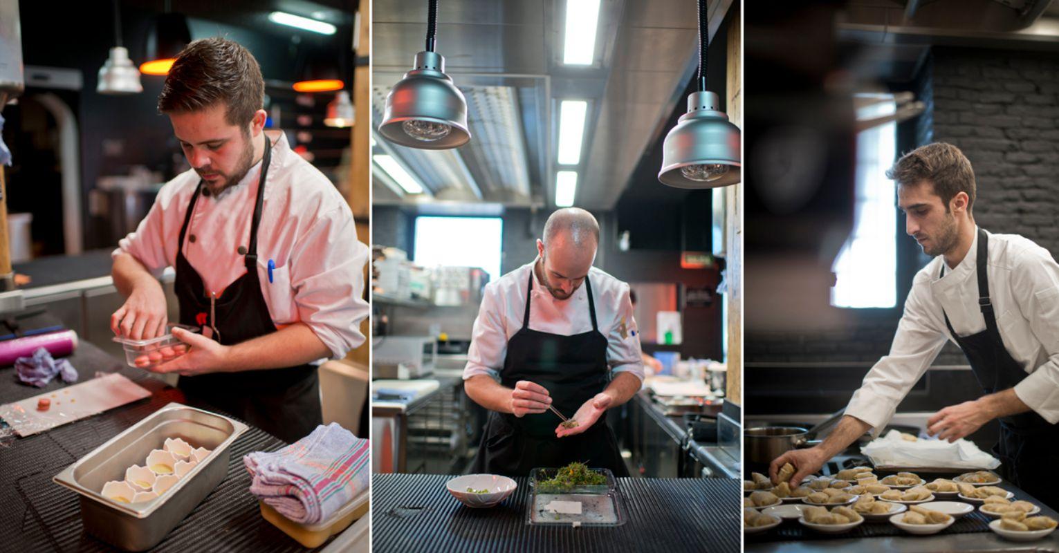 Trabajando en la cocina del restaurante con luz natural. Foto: Sofía Moro