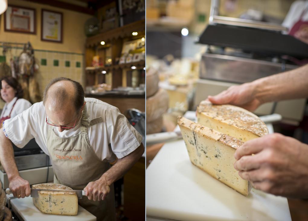 el quesero utiliza un cuchillo de dos mangos para los quesos que cuesta más cortar