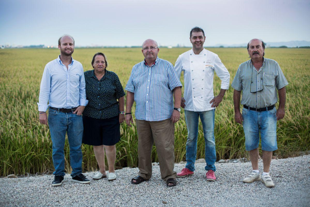 Juan Valero y su familia de arroceros junto al chef Jorge de Andrés. Foto: Eva Máñez