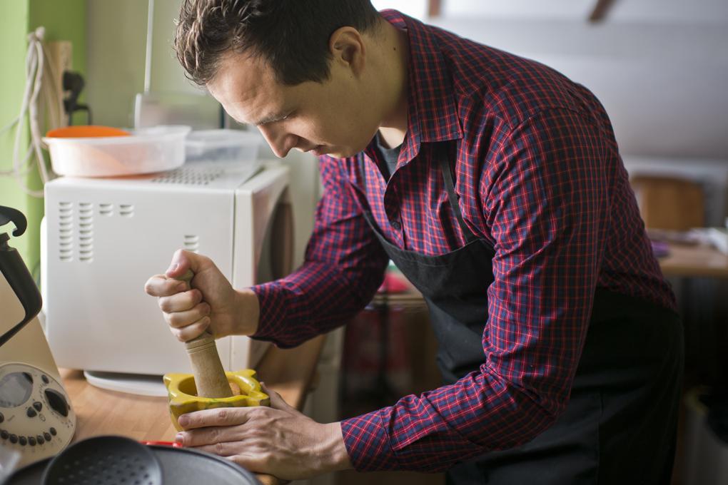 Hoy cocinan ellos: Arroz con salmonete - machacando almendras. Foto: Sofía Moro