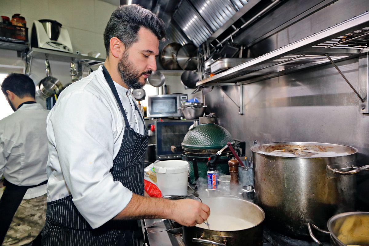 El chef en su cocina. Foto: Roberto Ranero