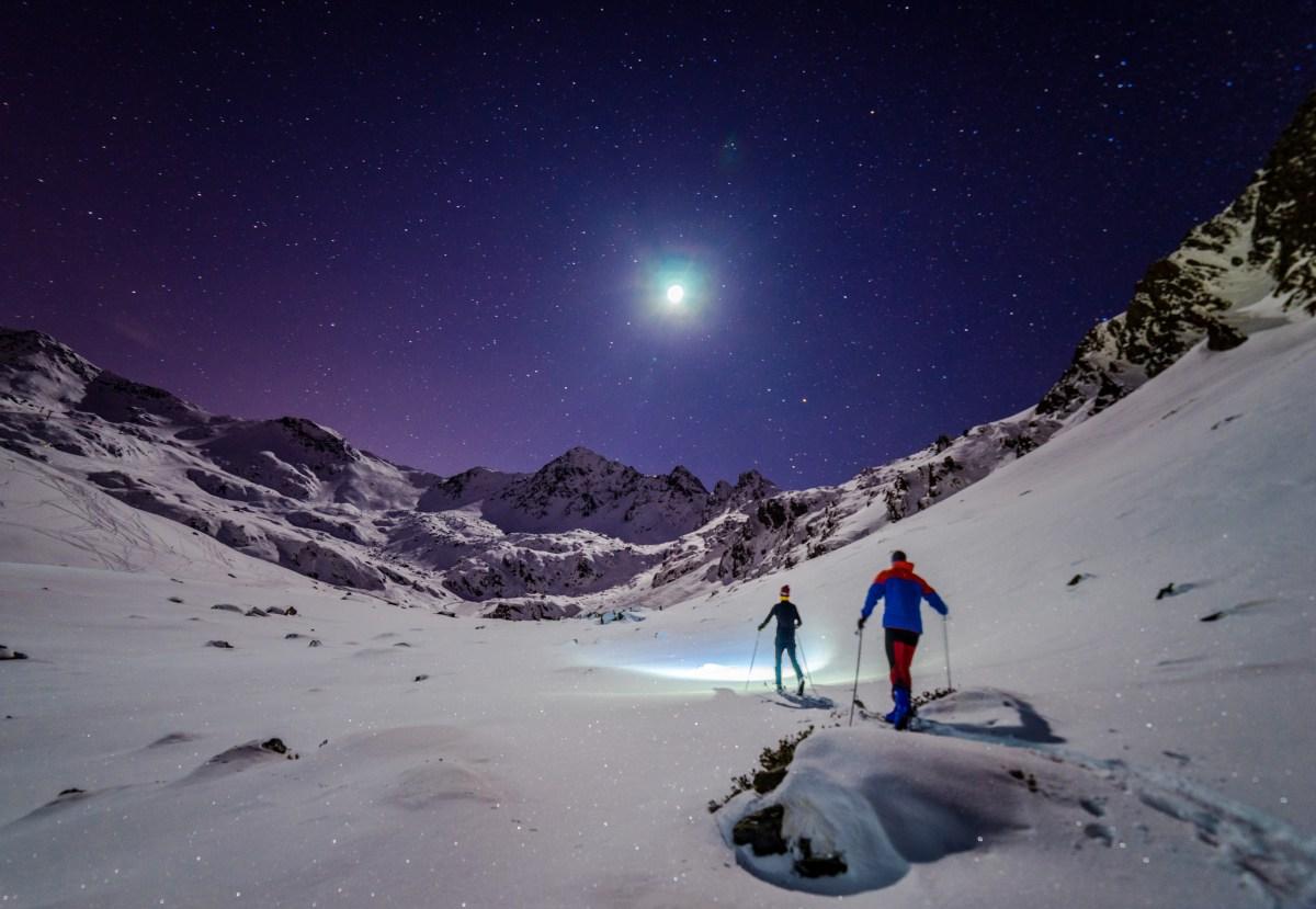 Marcha por la montaña nevada con luna llena. Foto: shutterstock