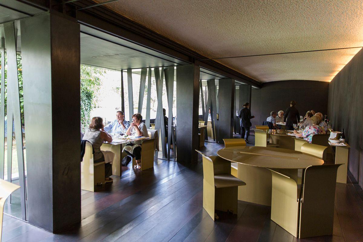 Mesas al aire libre del restaurante Les Cols. Foto: Kristin Block