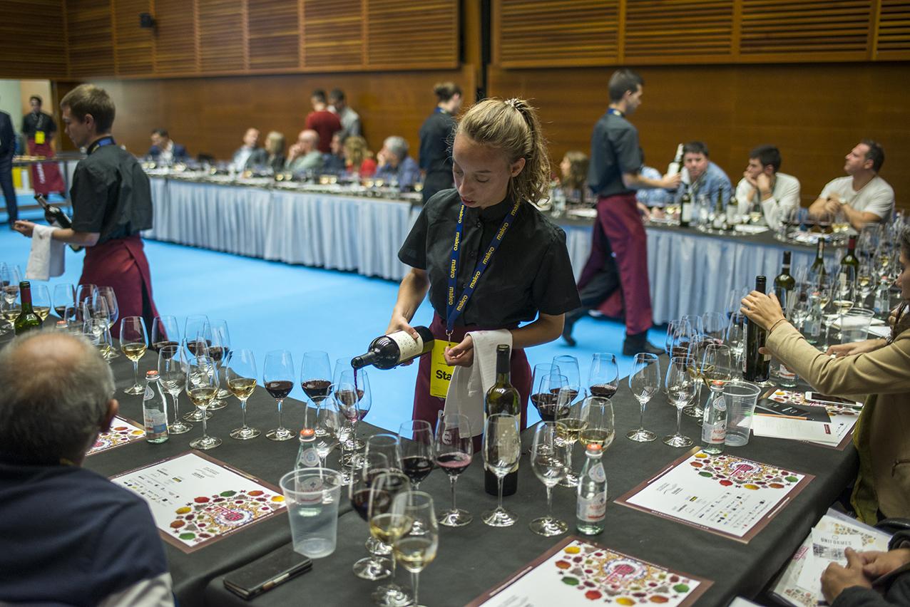 camareros sirviendo vino en las mesas de cata