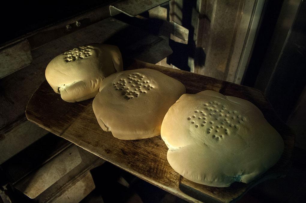 Horneado de los panes de Cruz. Foto: Manuel Ruiz Toribio