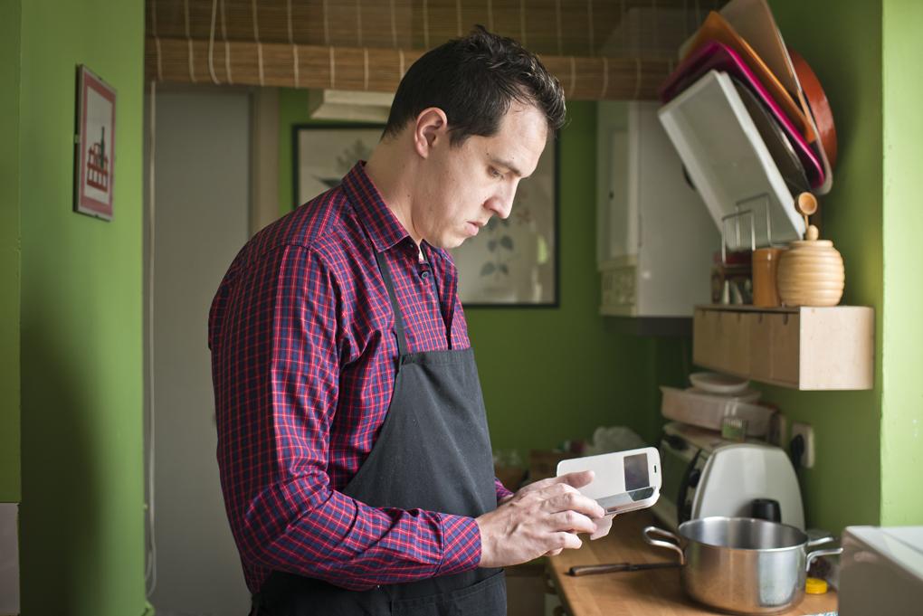 Hoy cocinan ellos: Consultando la receta (1). Foto: Sofía Moro