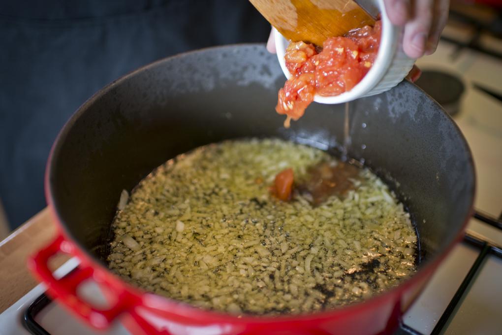 Hoy cocinan ellos: Arroz con salmonetes - echando el tomate triturado. Foto: Sofía Moro
