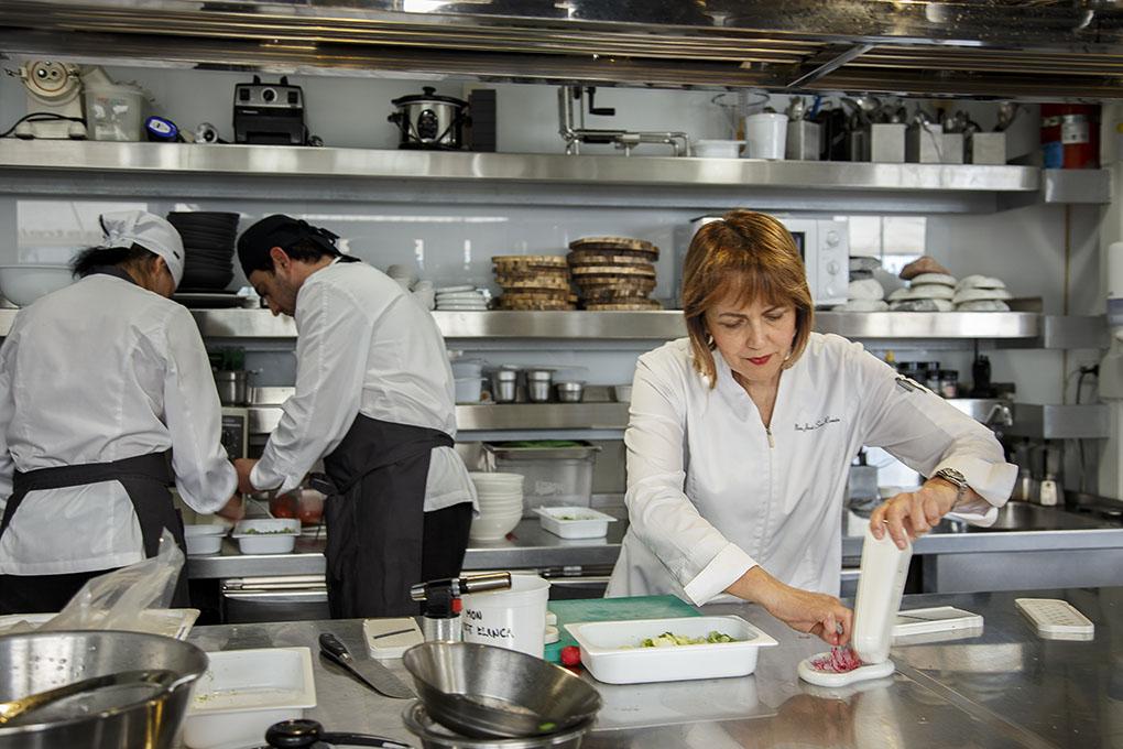 Restaurante Monastrell: María José San Román en la cocina. Foto: Pepe Olivares.