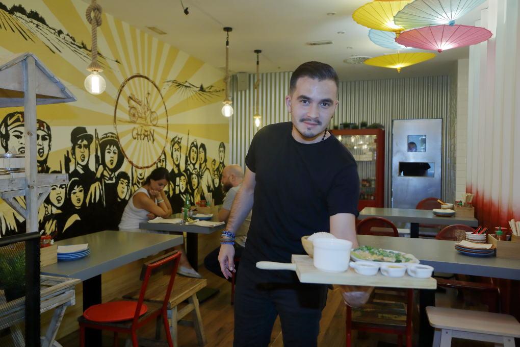 Camarero del Chan Street. Foto: Roberto Ranero