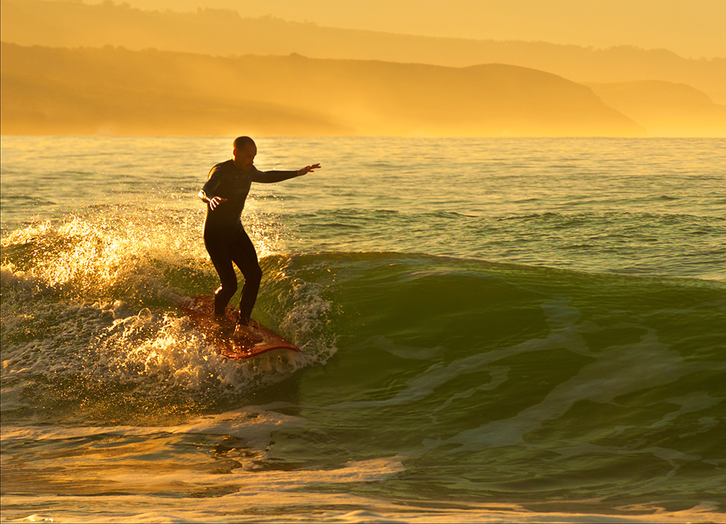 Surf en la playa de Merón. Foto: Jerónimo Piquero
