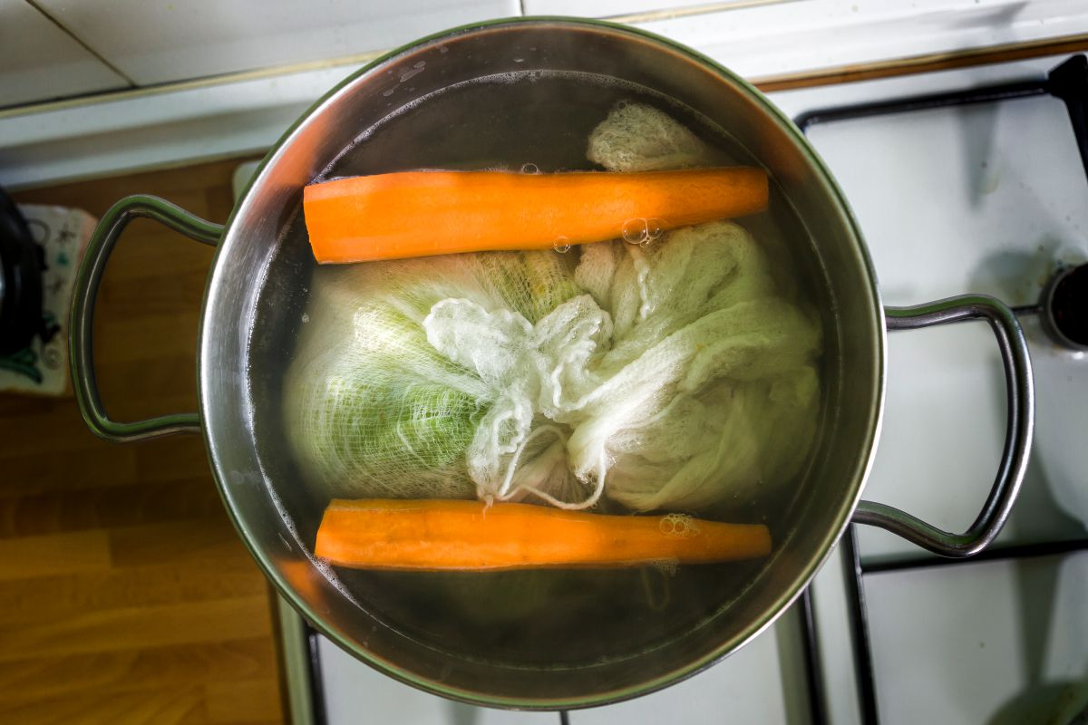 El repollo en su caldo con las zanahorias. Foto: David de Luis