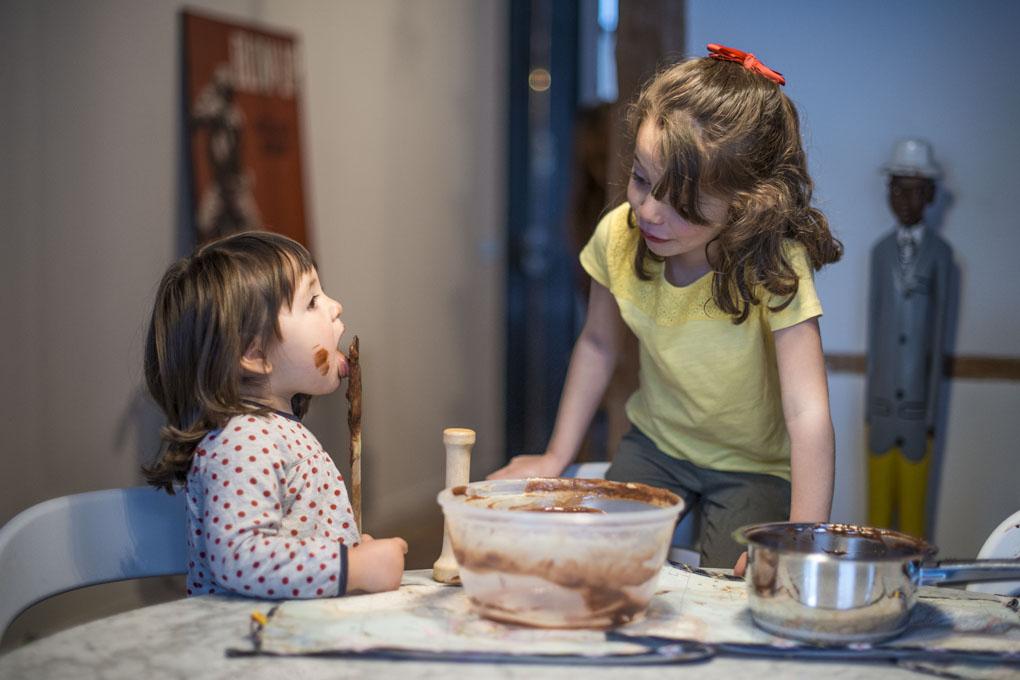 Niños jugando con el chocolate