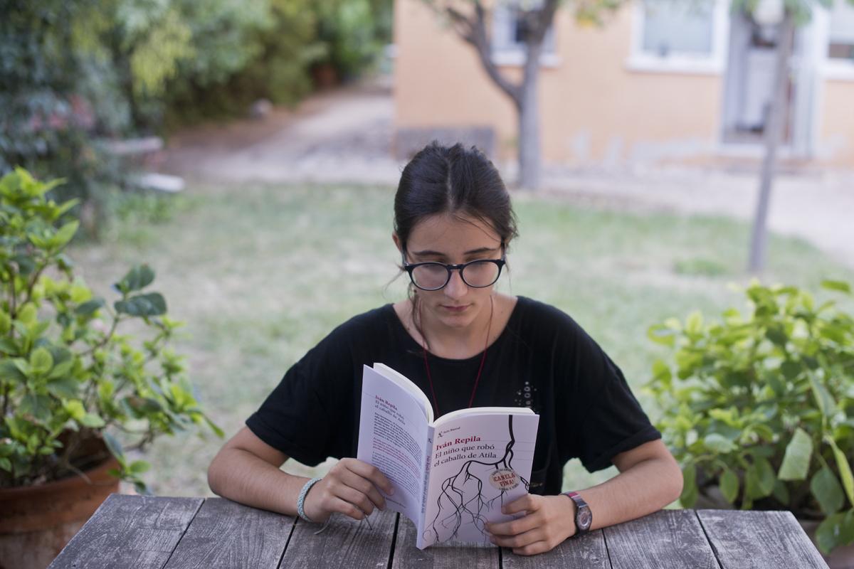 En el jardín leyendo El niño que robó el caballo de Atila, de Iván Repila. Foto: Sofía Moro
