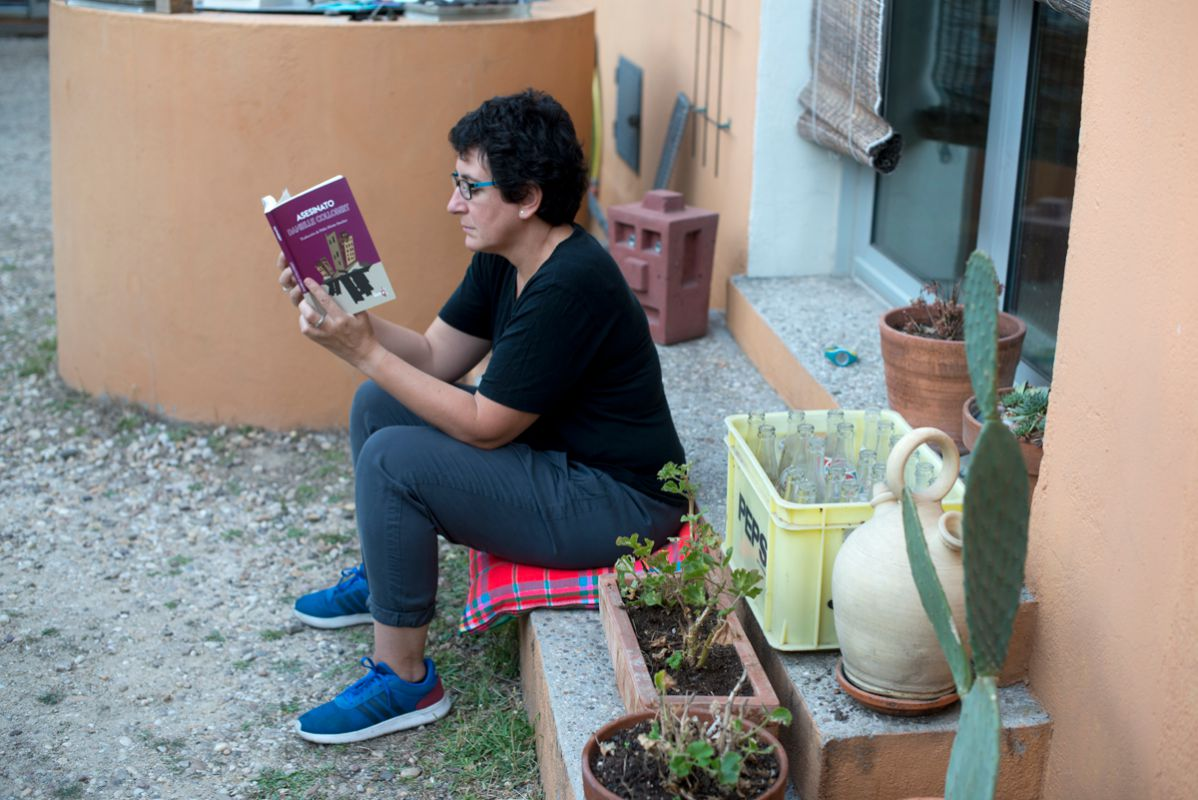 Absorta leyendo Asesinato. Foto: Sofía Moro
