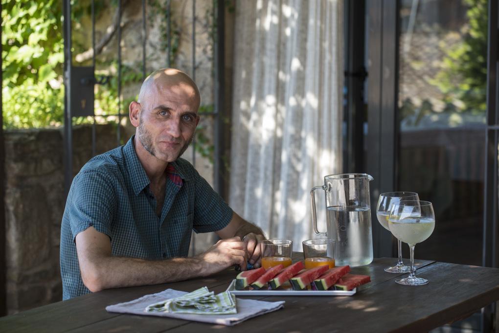 Jordi, el propietario, frente a un plato de sandía en una de las terrazas