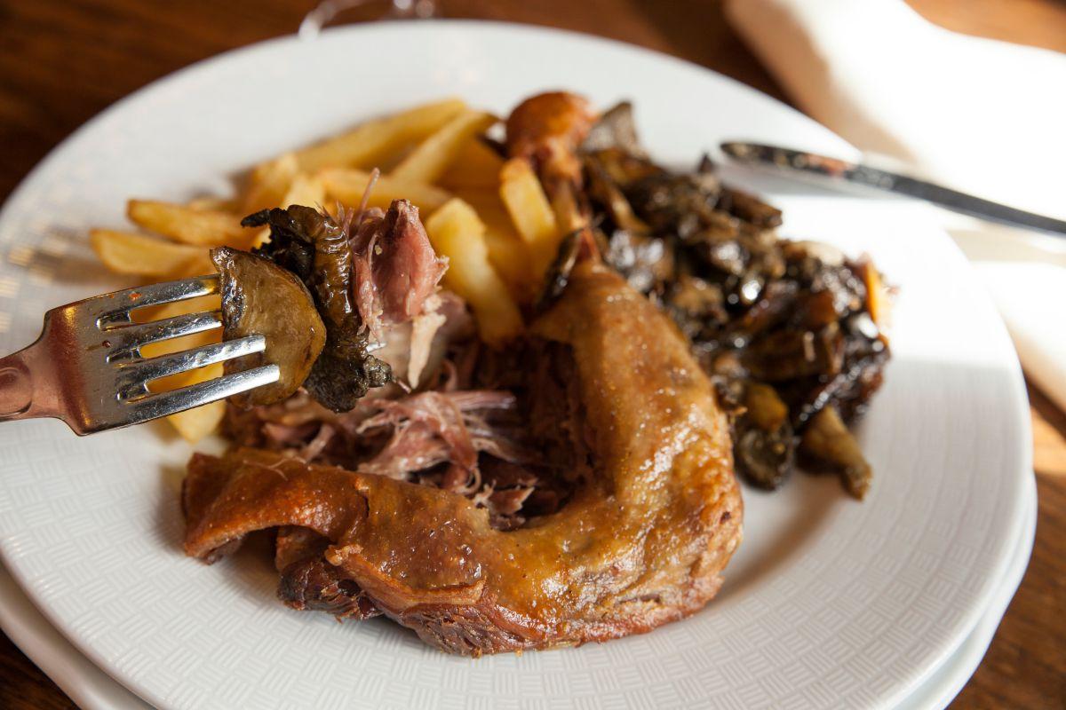 Plato de confit de pato del restaurante Posada Palacio Beola. Foto: Gari