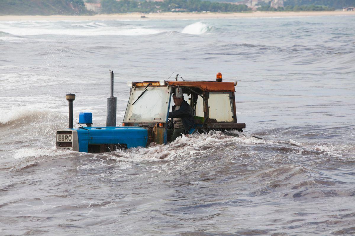 Un tractor totalmente sumergido. Foto: José García