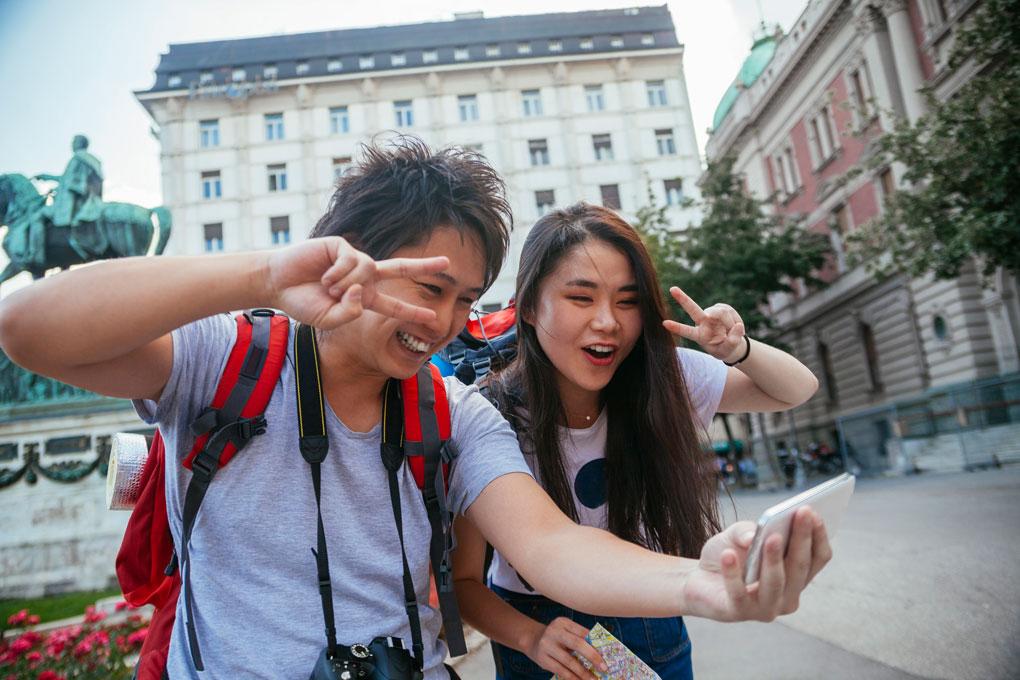 Japoneses haciéndose un selfie