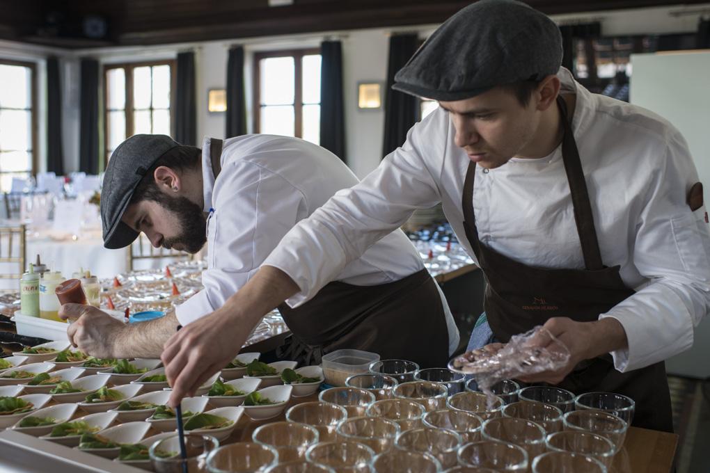 Dos jóvenes cocineros emplatando la ensalada cesar