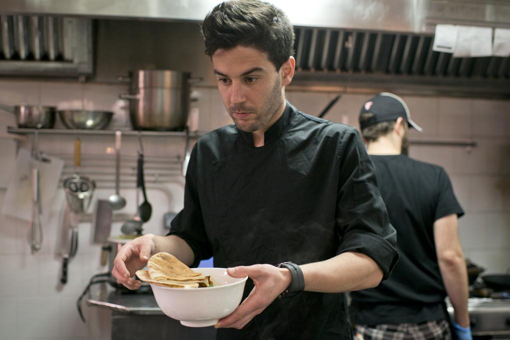 cocinero con uno de los guisos a punto