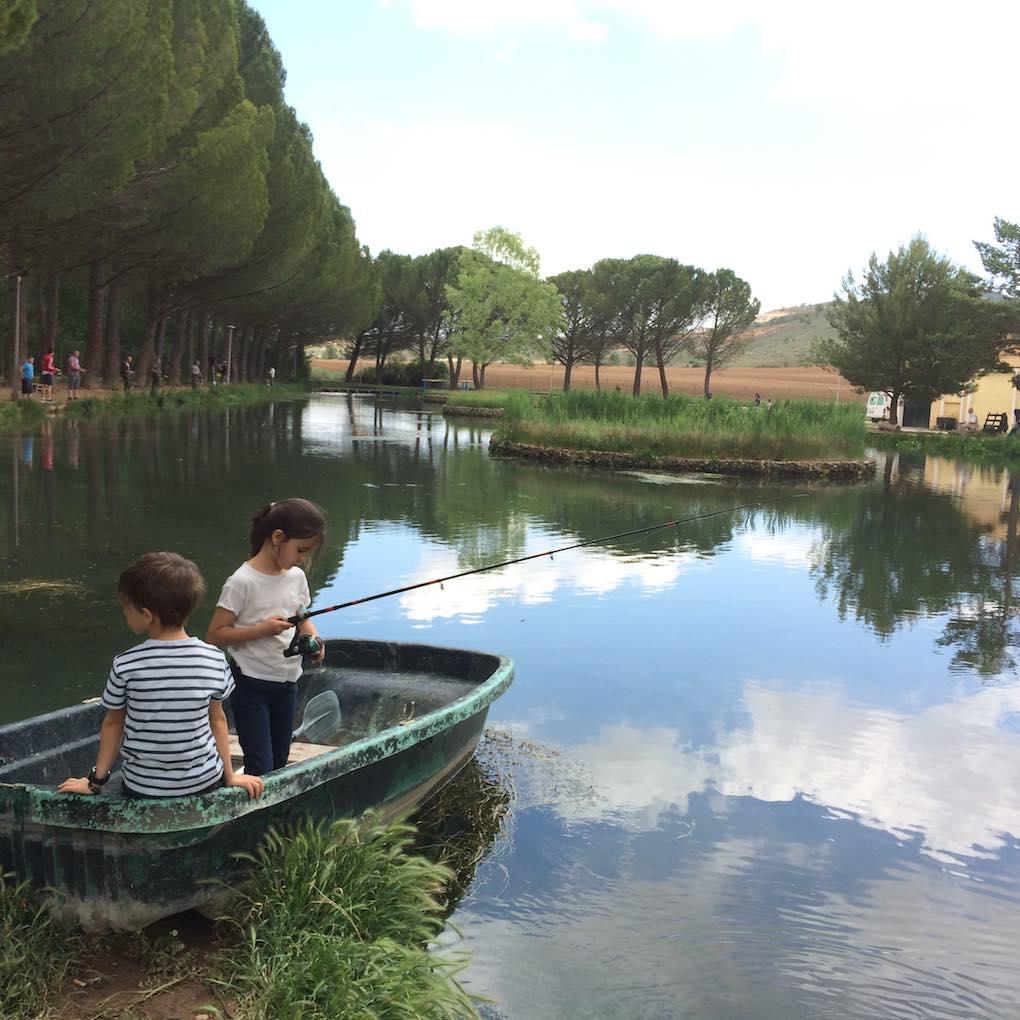 Pescando en la barca. Foto: Joana Saldón
