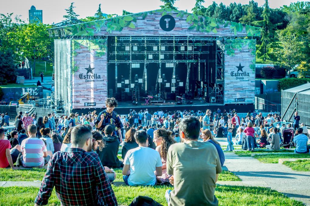 Este festival es toda una rareza: en mitad de un parque en el centro de Madrid, en lugar de un secarral