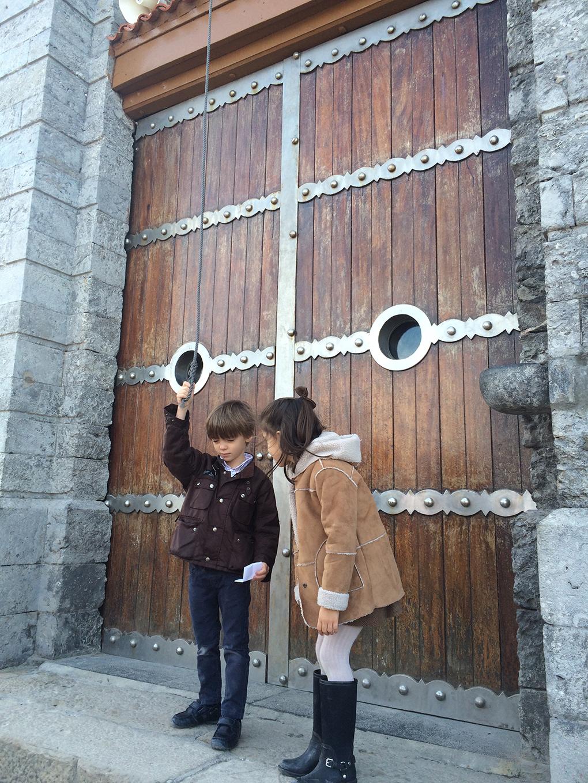 Una vez arriba, la tradición manda tocar la campana de la ermita tres veces